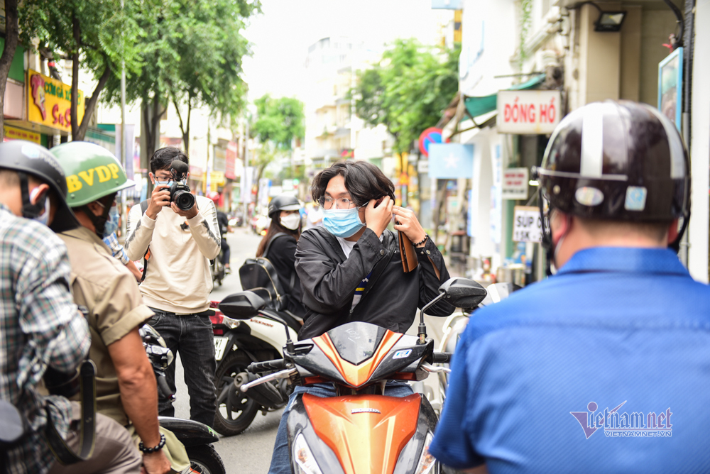 TP.HCM ra quân xử phạt người không đeo khẩu trang nơi công cộng
