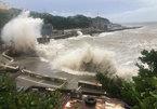 Bão mạnh tấn công Trung Quốc, gây lũ lớn cuốn phăng nhiều ôtô