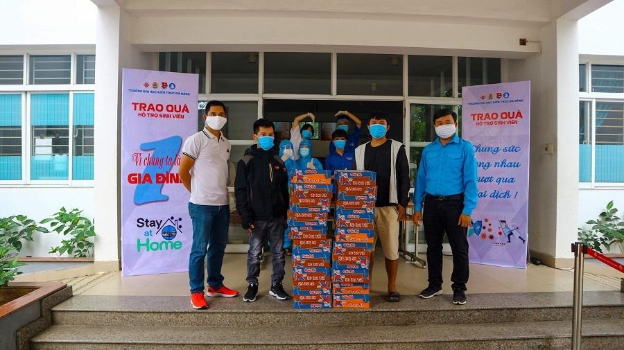 Sinh viên Đà Nẵng 'nhường' nhau suất quà hỗ trợ chống dịch Covid-19
