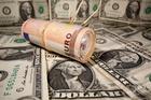 Đằng sau cú trượt giá gây chấn động của đồng USD