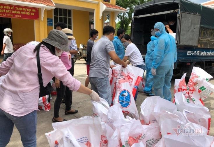 Xe tiếp tế thịt heo, gạo, rau xanh đến tận nhà cho hàng nghìn người Hội An