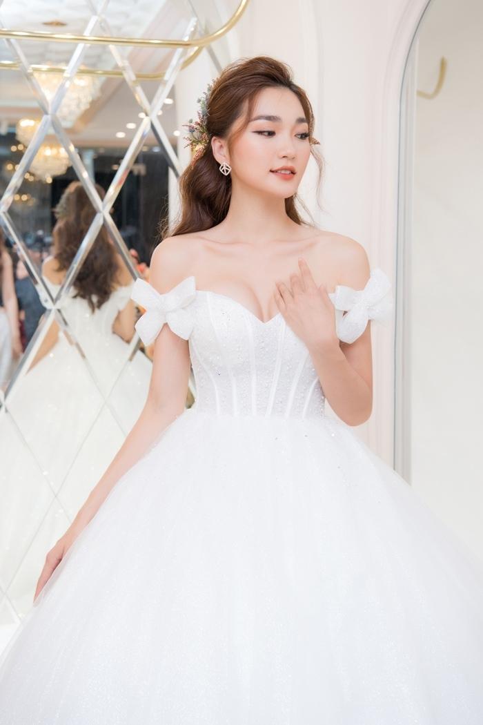 Á hậu Phương Nga, Lương Thanh mặc áo cưới trên sân khấu