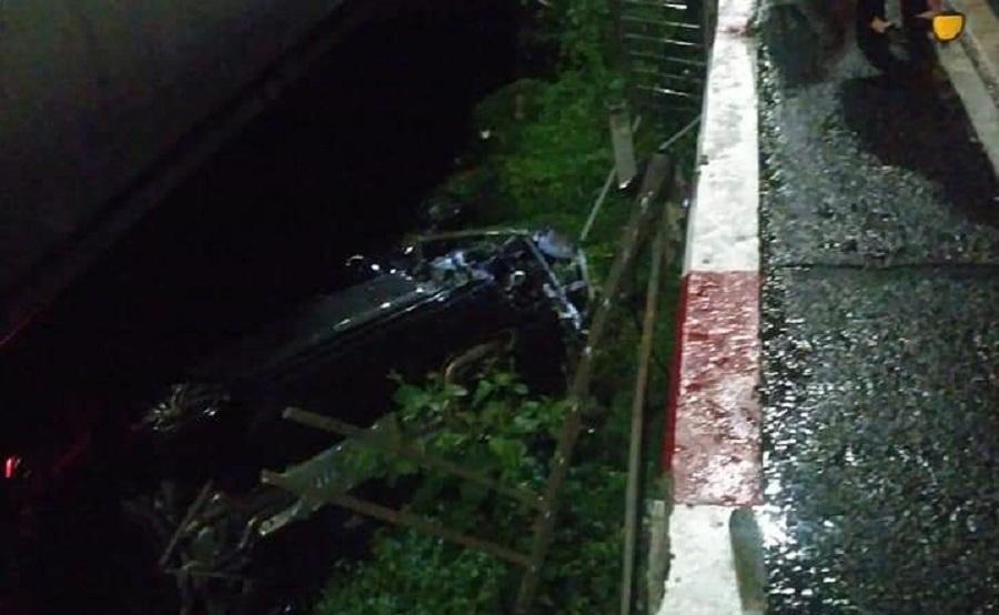 Ô tô Porsche lao qua cầu Sài Gòn, rơi xuống bãi đất