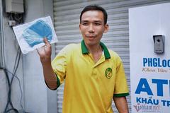 Chủ nhân ATM gạo đầu tiên ở Sài Gòn lại làm 'ATM nhả khẩu trang'