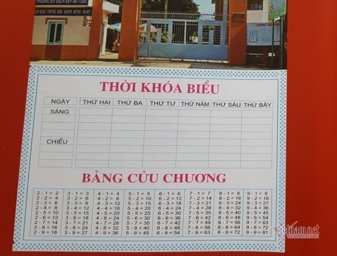 Trường tiểu học bán bìa bọc vở in sai bảng cửu chương cho học sinh