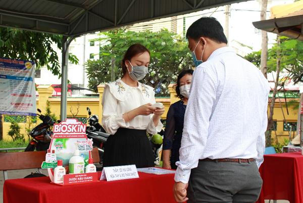 Dược Hậu Giang tài trợ gel rửa tay Bioskin cho các điểm thi tốt nghiệp THTP tại Cần  Thơ