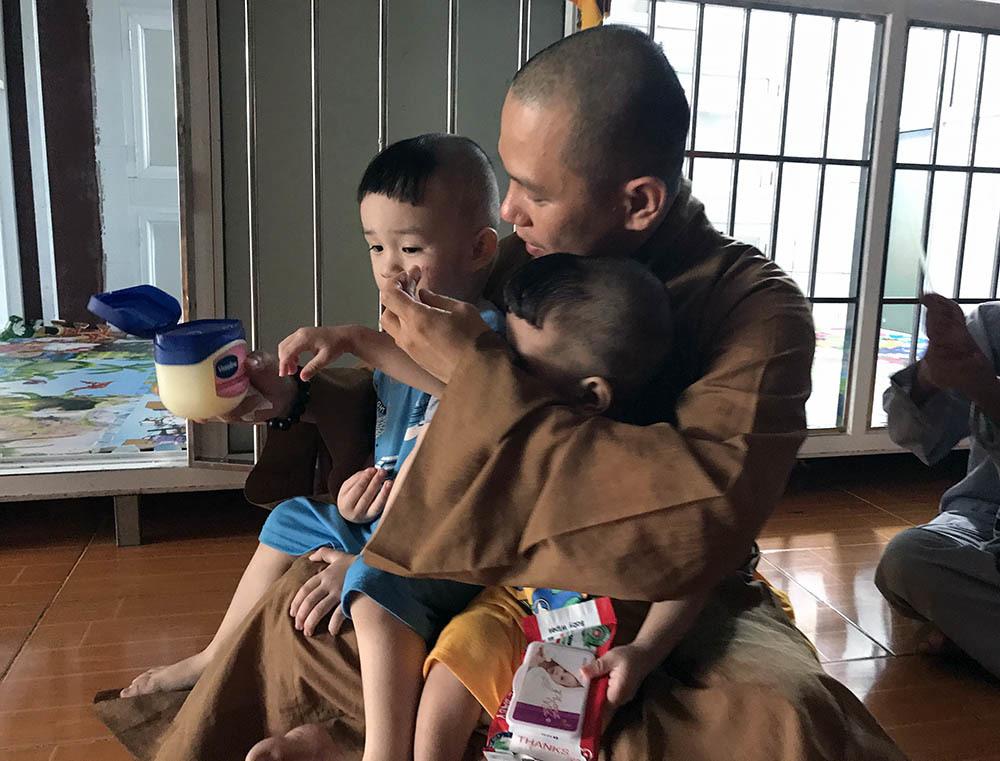 Sư trụ trì ở Sóc Trăng nấu sữa bắp bán, nuôi trẻ mồ côi