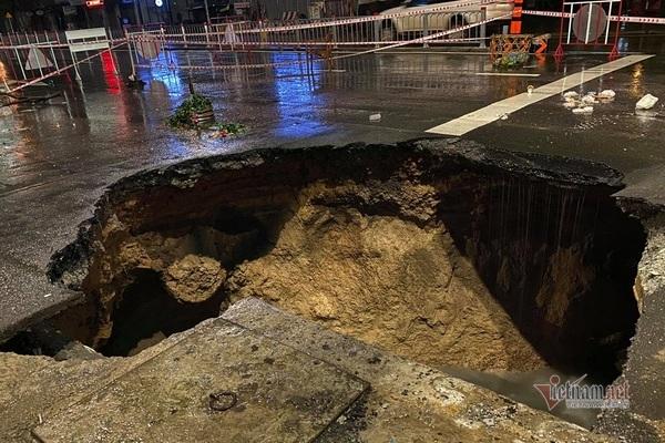 Xuất hiện 'hố tử thần' giữa ngã tư đường sau trận mưa trút nước ở Sài Gòn