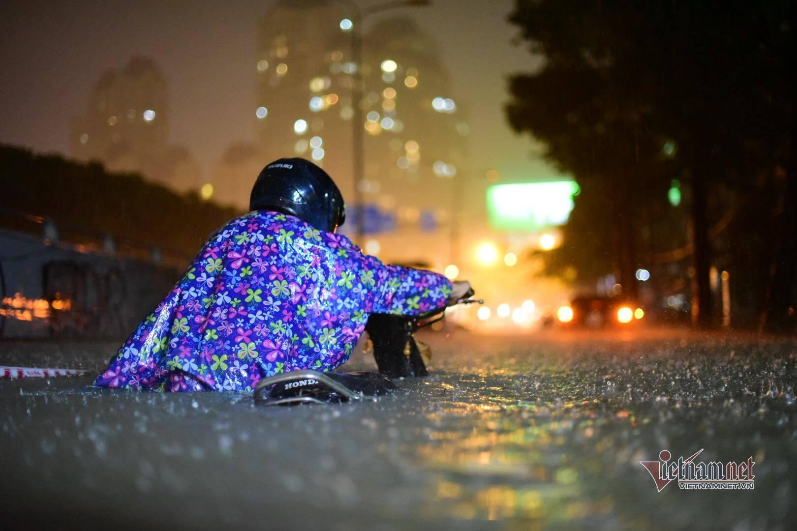 Người Sài Gòn vật lộn chống ngập suốt đêm