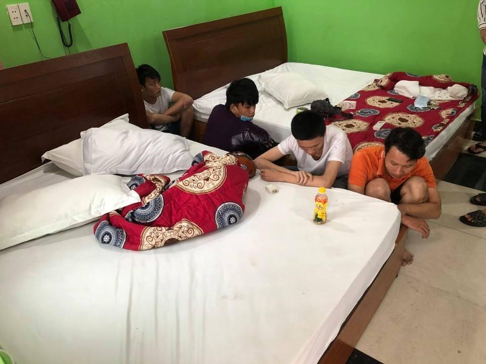 Đột kích hai nhà nghỉ ven Sài Gòn, hàng chục nam nữ phê ma túy