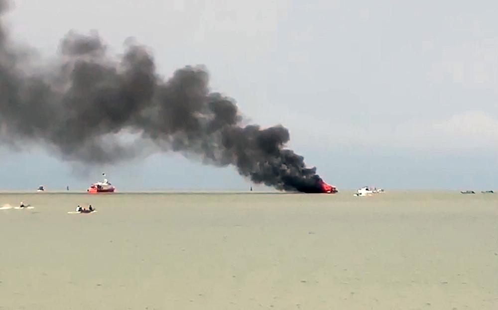 Cháy tàu trên biển, 25 du khách và thuyền viên được cứu