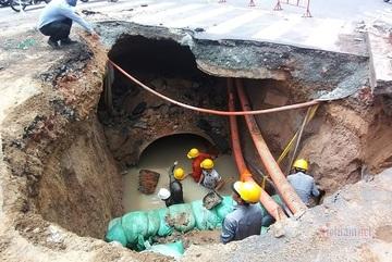 Lộ nguyên nhân 'hố tử thần' giữa ngã tư sau trận mưa trút nước ở Sài Gòn
