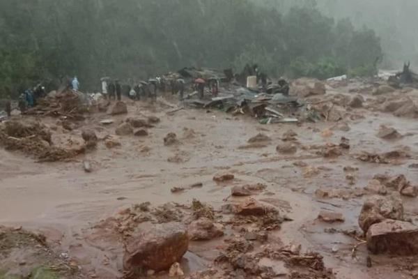 Mưa lũ gây lở đất, chôn vùi hàng chục người tại Ấn Độ
