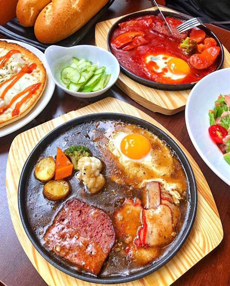 Try a meal in a frying pan in HCM City