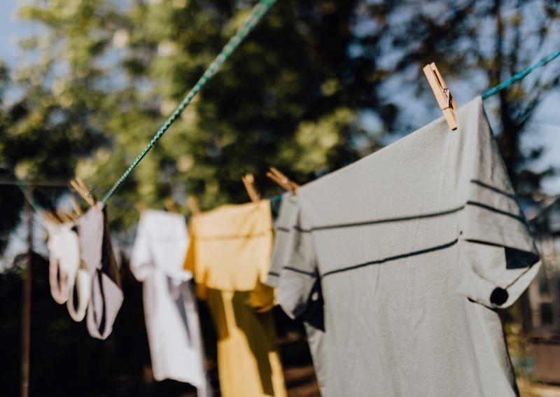 5 mẹo giúp khử mùi ẩm mốc trên quần áo vào mùa mưa