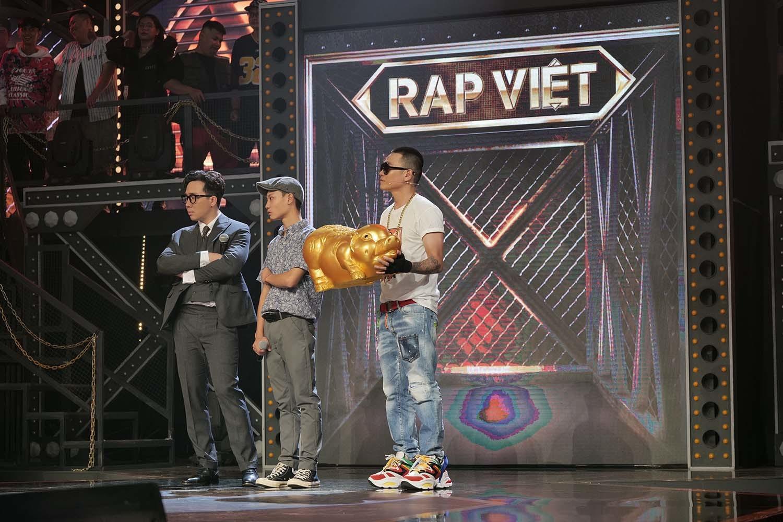 Rap Việt tập 2: Binz 'không thốt nên lời' với chàng trai chân đất đọc rap