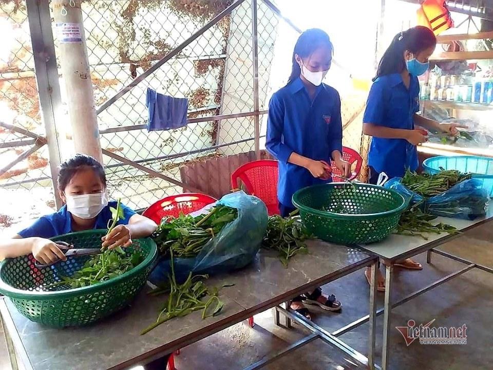 Nấu cơm, làm xe ôm miễn phí cho học trò nghèo thi tốt nghiệp