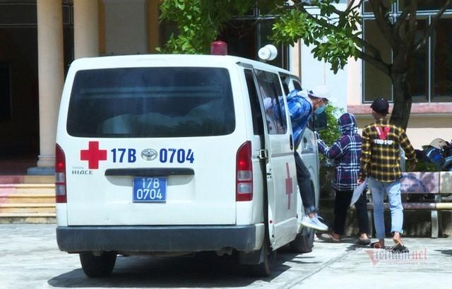 Tám thí sinh đi xe chuyên dụng từ thôn bị phong tỏa đến trường thi