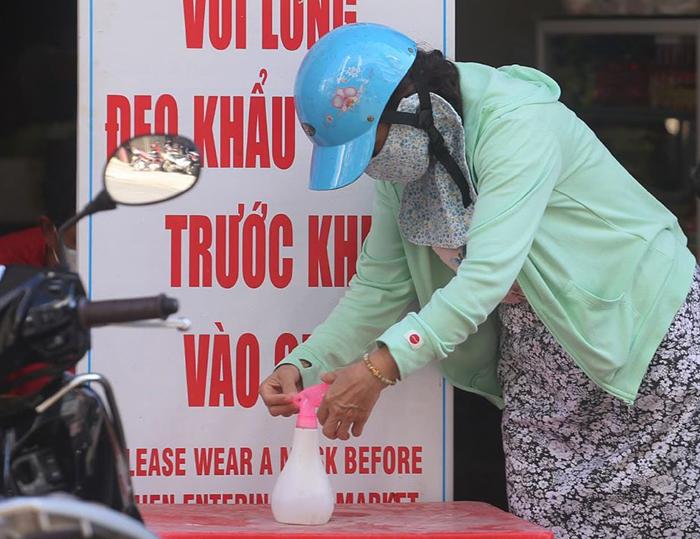 1.500 tiểu thương nhuộm đỏ chợ với dòng chữ 'Đà Nẵng cố lên'