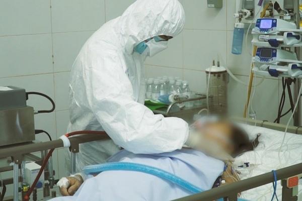 Video theo chân bác sĩ cấp cứu bệnh nhân Covid-19 nặng