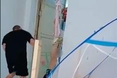 Phẫn nộ người đàn ông tàn độc đánh bé trai bị treo ngược trên cửa đến ngất xỉu
