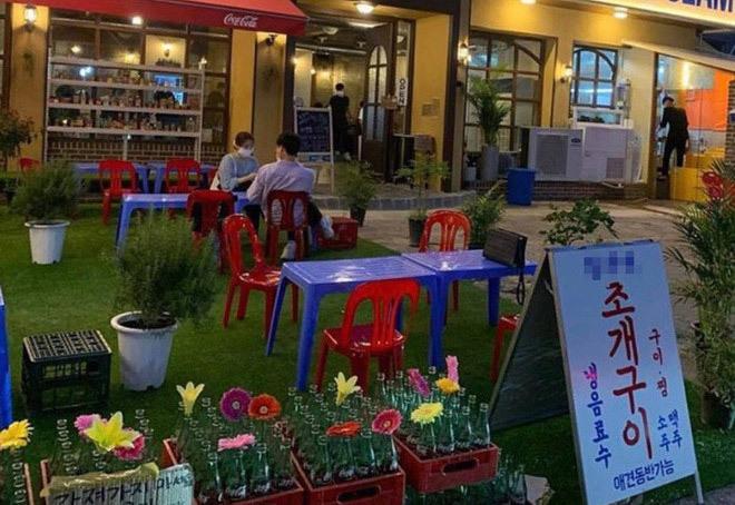 Quán vỉa hè Việt Nam 'mọc' lên giữa Seoul: Ghế nhựa, phở gà, cafe sữa đá