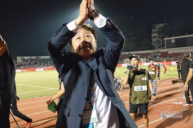 Sau ồn ào, HLV Chung Hae Seong 'tái duyên' với CLB TPHCM?