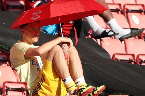 Arsenal học MU, đền tiền tiễn 'ông kễnh' Ozil như Sanchez