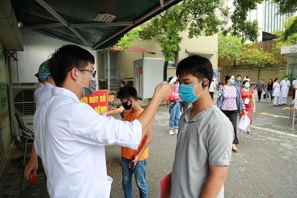 Các bệnh viện lớn ở Hà Nội thắt chặt người ra vào phòng dịch Covid-19