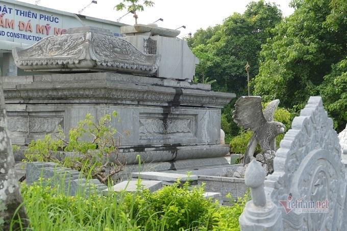 Ngôi làng cách 1 mét có mộ đá nằm ngoài đường, khắp nơi là tượng thờ