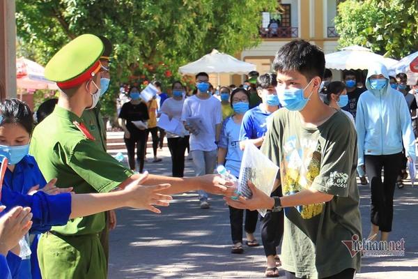 Hình ảnh chiến sĩ Công an Nghệ An tiếp nước miễn phí cho các thí sinh