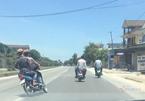 Quái xế kẹp ba, đầu trần 'đánh võng' trên QL1A ở Nghệ An