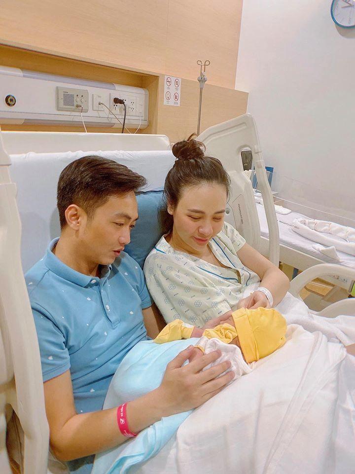 Đàm Thu Trang, Cường Đô La ngắm con gái mới chào đời