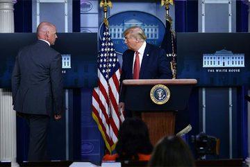 Ông Trump bất ngờ bỏ họp báo giữa chừng