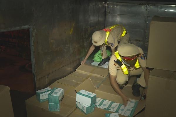 CSGT bắt giữ xe tải chở hơn 67.000 khẩu trang y tế không rõ nguồn gốc