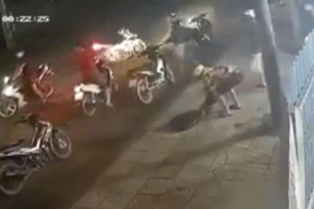 Chục thanh niên cầm hung khí xông vào quán nhậu chém người ở Sài Gòn