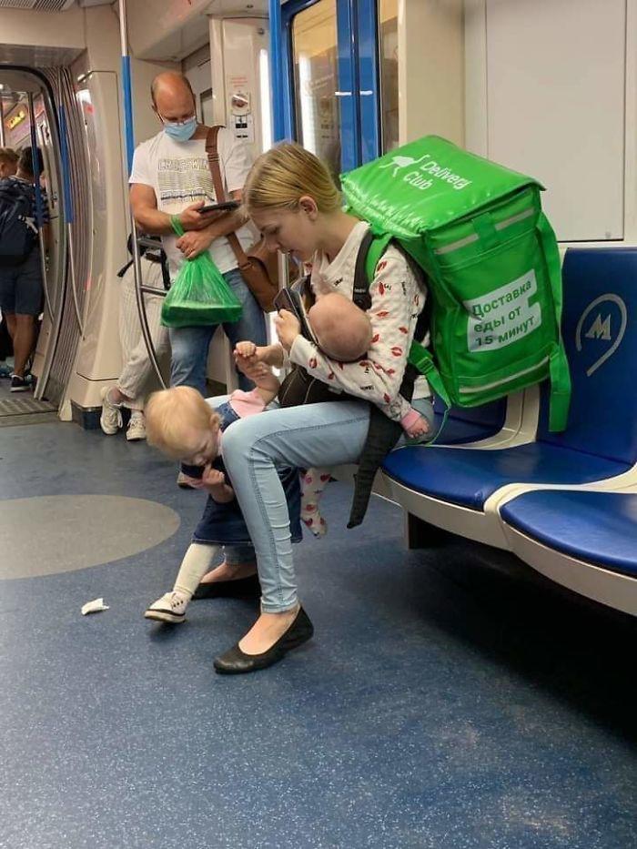 Bà mẹ 19 tuổi đưa 2 con nhỏ đi giao hàng, gây xôn xao mạng xã hội
