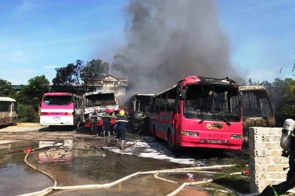 6 ô tô khách cháy dữ dội tại bãi giữ xe ở Thanh Hóa
