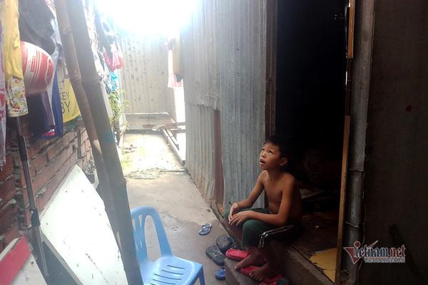 Người dân sống ven kênh, rạch ở TP.HCM mỏi mòn chờ di dời