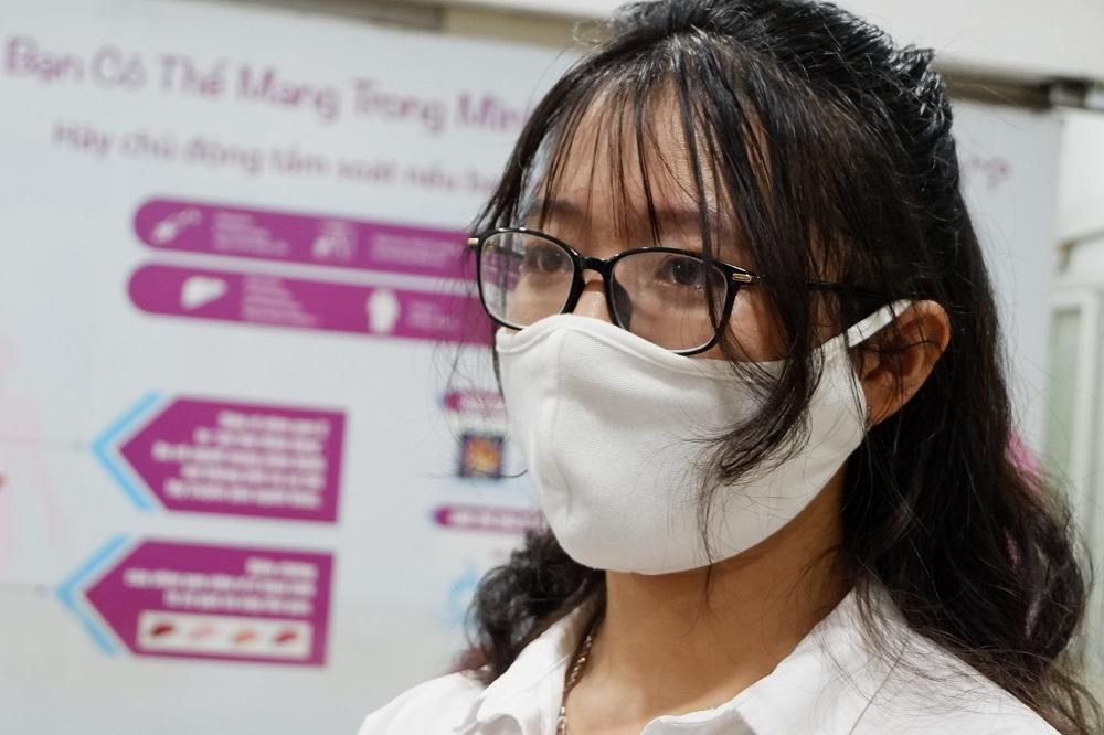 Cô gái trẻ khỏi Covid-19 vượt nỗi sợ hãi 20 năm để hiến huyết tương