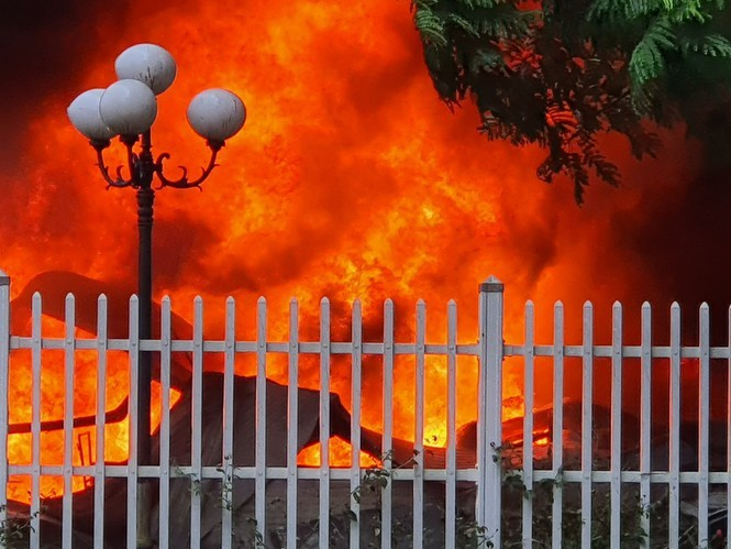Kho chứa sơn bốc cháy ngùn ngụt kèm nhiều tiếng nổ lớn ở Bắc Ninh