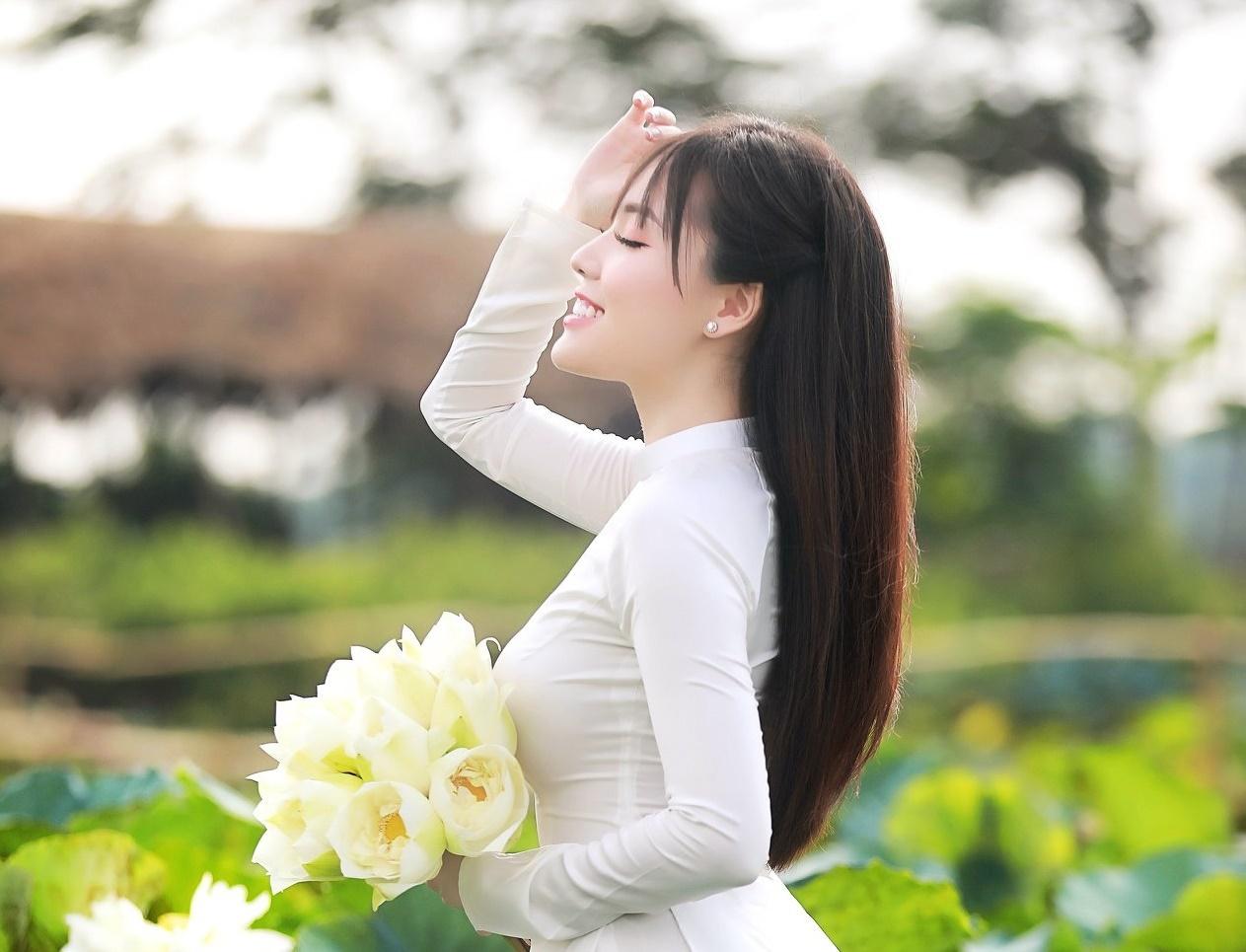 Ngắm thiếu nữ Hà Tĩnh đẹp mơ màng bên sắc sen hồng