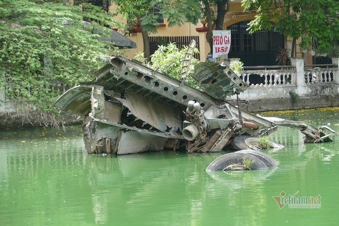 Untold stories about wreckage of a B52 bomber in Hanoi's lake
