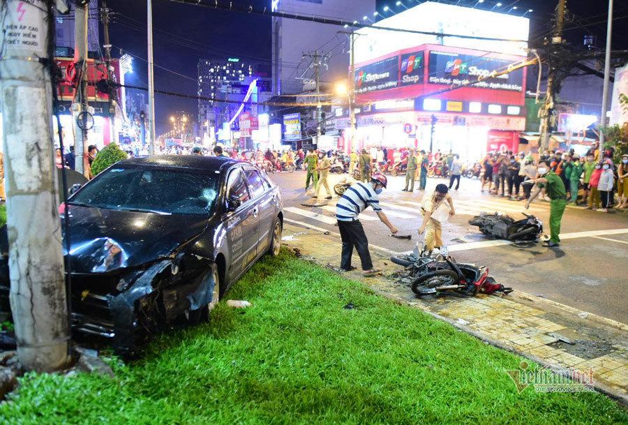 Ô tô Camry đâm loạt xe máy ở Sài Gòn, nhiều người bị thương