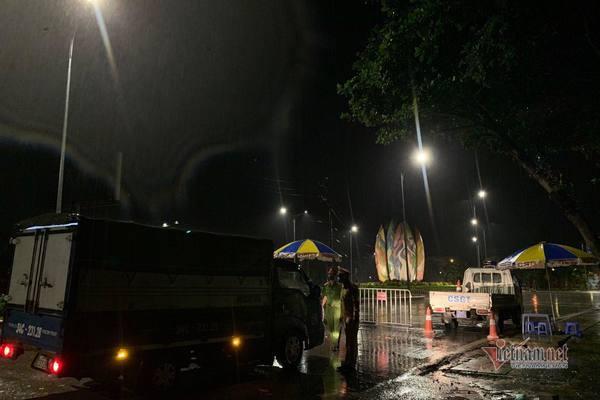 Đội mưa xuyên đêm dựng chốt cách ly ở Hải Dương