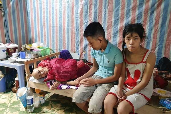 Người mẹ nghèo ung thư nhìn 2 con bị bệnh trong tuyệt vọng