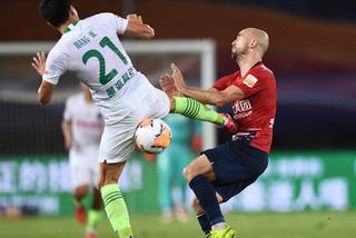 Cầu thủ Trung Quốc dùng kungfu hạ gục đối thủ