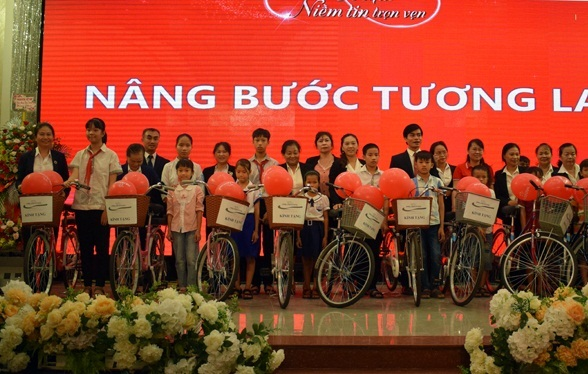 Quảng Bình trao 20 xe đạp cho học sinh nghèo