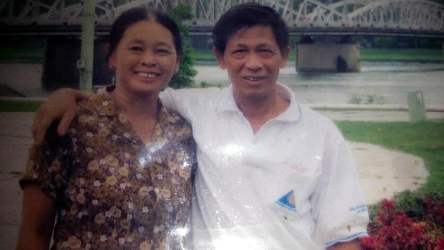 Tình yêu của người chồng 15 năm gội đầu cho vợ