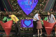 Cặp đôi mải ôm nhau trên sân khấu, 2 MC phải bấm hộ nút hẹn hò